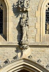 Skulptur an der Fassade vom Dom der Heiligen Barbara / Chrám svaté Barbory in Kutná Hora / Kuttenberg; gotischer Kirchenbau auf der Weltkulturerbe- Liste der UNESCO.