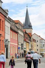 Wohnhäuser in Aschersleben - Turmspitze vom Johannisturm - erbaut 1380; Torturm der ehem. Verteidigungsanlage der Stadt.