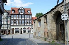 Blick zum Kornmarkt in Quedlinburg - mehrgeschossige Fachwerkhäuser mit Einzelhandel im Paterre.