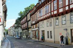 Zweigeschossige Fachwerkarchitektur, Kopfsteinpflaster in der Breiten Straße von Quedlinburg.