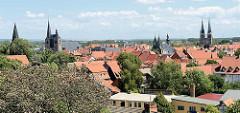Dächer der Altstadt von Quedlinburg - re. die St. Nikolai Kirche, in der Mitte die St. Blasii Kirche und lks. die St. Benedikt / Marktkirche.