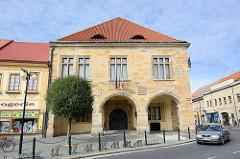 Renaissance Rathaus am Marktplatz von Nymburk / Neuenburg an der Elbe in Tschechien; historische Architektur.
