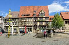 Mathildenbrunnen an der Pölkenstraße / Steinweg, Neustädter Marktplatz in Quedlinburg - im Hintergrund das Hotel Zur Goldenen Sonne.