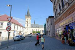 Geschäftsstraße in Dvůr Králové nad Labem / Königinhof an der Elbe; Wohnhäuser, Geschäftshäuser mit Einzelhandel - Blick zur Dekanatskirche Johannes der Täufer.