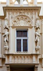 Historische Architektur in Kutná Hora / Kuttenberg; altes Bürgerhaus mit verziertem Erker - Skulpturen.
