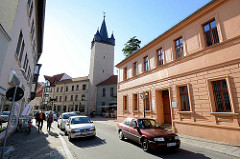 Blick zum Stadtturm Schmaler Heinrich in Aschersleben - erbaut 1442; Torturm der ehem. Verteidigungsanlage der Stadt