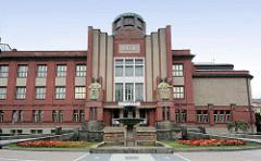 Ostböhmisches Museum in Hradec Králové / Königgrätz - Entwurf des Architekten Jan Kotěra, moderne tschechischen Architektur, fertig gestellt 1912; Figurenschmuck Vojtěch Sucharda.