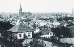 Historisches Luftbild - Dächer und Fabrikschornsteine von Aschersleben; Kirchturm und Kirchenschiff der St. Stephani Kirche; gotische Hallenkirche, erbaut von 1406 - 1507.
