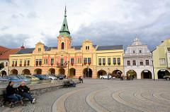 Marktplatz von Mělník - Rathaus in de Abendsonne, Pferd und Wagen - Touristenrundfahrt, dunkler Gewitterhimmel.