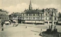 Historische Aufnahme vom Marktplatz in  Nymburk / Neuenburg an der Elbe; re. die Mariensäule und in der Bildmitte der Kirchturm der St. Ägidiuskirche.