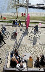 Promenade am Dalmannkai / Grasbrookhafen im Hamburger Stadtteil Hafencity.