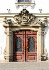 Hauseingang, mit Schnitzereien verzierte Eingangstür - Gebäude vom Dekanat in Dvůr Králové nad Labem / Königinhof an der Elbe.