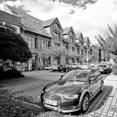 Parkplatz, parkende Autos - Areal der ehem. Fabrikationsgebäude Industriearchitektur der Maschinenfabrik Billeter / WEMA in Aschersleben.
