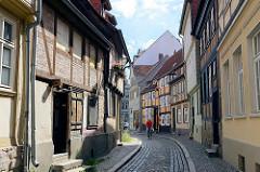 Schmale Gasse mit Kopfsteinpflaster - Architektur in Quedlinburg.
