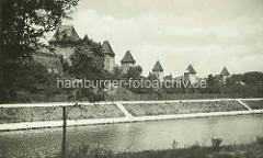 Blick über die Elbe zur alten Stadtbefestigung in Nymburk / Neuenburg.