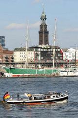 Museumschiff Rickmer Rickmers - dreimastiges Frachtsegelschiff; Liegeplatz am Johannisbollwerk in der Hamburger Neustadt, Nähe St. Pauli Landungsbrücken - im Hintergrund das Hochbahnviadukt mit einer fahrenden Hochbahn und der Kirchturm vom Michel.