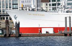 Bug vom Museumsschiff Cap San Diego im Hamburger Hafen - Überseebrücke.