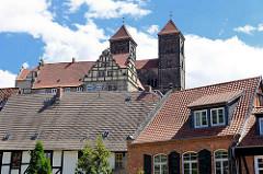 Hausdächer - Quedlinburger Schlossberg - romanische Stiftskirche St. Servatius, geweiht 1129; Renaissanceschloss aus dem 16./17. Jahrhundert.