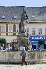Záboj Brunnen in Dvůr Králové nad Labem / Königinhof an der Elbe, errichtet 1857 - Bildhauer František und Antonín Wagner. Záboj ist eine Figur aus dem Royal Court Manuskript / Manuskript von Dvůr Králové (RK), das eine lang umstrittene literarische