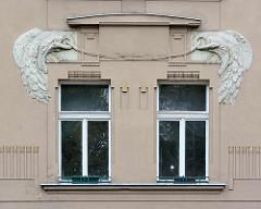 Jugendstildekor am Fenstersturz - prächtiger Pfau in Symmetrie - Art Nouveau Architektur in Hradec Králové / Königgrätz.