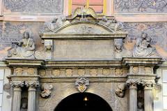 Historische Architektur in Kutná Hora / Kuttenberg - Eingang mit Säulen und Wappendekor.