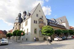 Rathaus von Aschersleben / Baubeginn 1517 - 1885 zweistöckiger Anbau, Entwurf Stadtbaumeister Hans Heckner. Kern der Anlage ist der gotische Hauptturm. Der höhere Uhrenturm hat ein Uhrwerk von 1580 - zwei vergoldete Ziegenböcke, die bei jeder Viertel
