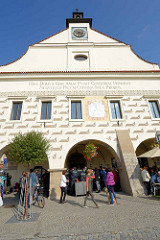 Historisches Rathaus von Dvůr Králové nad Labem / Königinhof an der Elbe; An der Stelle eines 1572 abgebrannten Vorgängerbaus wurde ein sgraffitoverziertes Rathaus durch die Baumeister Ulrico Aostalli und Franz Vlach errichtet. 1833 erfolgte ein Umba