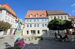 Holzmarkt in Aschersleben - auf dem Markt wurde früher das Brennholz verkauft - lks. die Brunnenfigur, Mann mit Holzkiepe - aufgestellt 1914, Bildhauer Frydag.