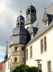 Kuppel vom gotische Turm am Rathaus von Aschersleben - dahinter der höhere Uhrenturm hat ein Uhrwerk von 1580 - zwei vergoldete Ziegenböcke, die bei jeder Viertelstunde mit den Hörnern zusammenstoßen.