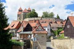 Verwinkelte Gassen / Wohnhäuser mit Satteldach - Schlossberg von Quedlinburg mit Stiftskirche St. Servatius.