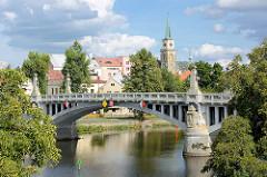 Steinbrücke über die Elbe in Nymburk / Neuenburg / Tschechien; Steinpfeiler mit Lampen, Kandelaber - im Hintergrund Kirchturm und Altstadt.