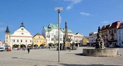 Ringplatz in Dvůr Králové nad Labem / Königinhof an der Elbe, lks. das Rathaus und der Kirchturm der Kirche Johannes der Täufer - in der Bildmitte die Mariensäule, re. der Záboj Brunnen, errichtet 1857 - Bildhauer František und Antonín Wagner. Záboj
