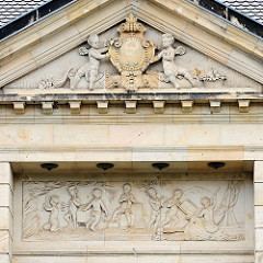 Detail Fassadenschmuck Wohnhaus / Villa in der Bahnhofstraße von Quedlinburg; erbaut 1890 - Architekt E. Hoffmann, klassizistische Dekor.