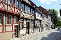 Fotos aus Quedlinburg - Häuserzeile, restaurierte Fachwerkhäuser.