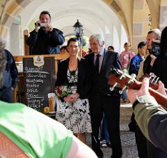 Trauung im Rathaus von Dvůr Králové nad Labem / Königinhof an der Elbe; Feier mit Musik in den Arkaden des Gebäudes.