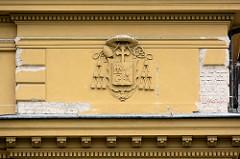 Relief / Wappen an der Fassade vom Biskupské gymnázium Bohuslava Balbína in Hradec Králové / Königgrätz.