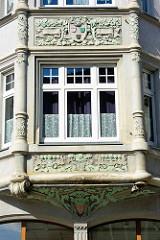 Detail Erkerdekor; florale Bänder und Blüten - Wohnhaus, Geschäftshaus mit Jugendstil / Art Nouveau Fassade in der Wilhelmstraße / Aschersleben.