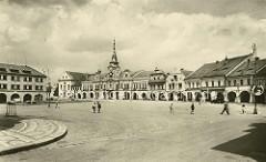 Alte Ansicht von Melnik - Marktplatz mit Randbebauung - in der Bildmitte lks. das Rathaus, Ursprungsbau von 1398, im letzten Viertel des 17. Jahrhunderts Barockumbau.