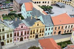 Luftaufnahme historischer Häuser mit farblich abgesetzen Fassaden - Blumenkästen vor den Fenstern - Architekturbilder aus Hradec Králové / Königgrätz.
