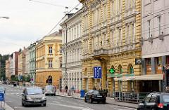 Geschäftsstraße / Hauptstraße in Hradec Králové / Königgrätz; mehrstöckige Gründerzeithäuser - Wohnhäuser, Geschäftshäuser; Straßenverkehr.