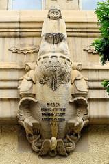 Skulptur - Relief mit Inschrift, diesen Erker stiftete die Stadt Aschersleben 1911.