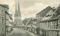 Alte Fotografie von der Pölkenstraße in Quedlinburg - Fachwerkhäuser mit Geschäften im Erdgeschoss - Kirchtürme der St. Nikolai Kirche.