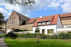 Historisches Ziegelgebäude mit zugemauerten Fenstern - Einzelhaus mit weisser Fassade und Satteldach, Bilder aus Aschersleben.