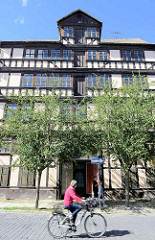 Strassenfront einer historischen Hofanlage in Quedlinburg / Steinweg; Barock Fachwerkgebäude, erbaut 1716.