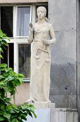 Skulptur Justitia, Personifikation der Gerechtigkeit  am Eingang des Gerichtsgebäudes in Hradec Králové / Königgrätz - eröffnet 1934.