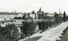 Historisches Luftbild von Králové / Königgrätz - Blick über die Elbe; in der Bildmitte das Ostböhmisches Museum, dahinter die Türme der Hl. Geist-Kathedrale.