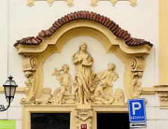 Barocke Fassadenkoration, Figuren / Relief über der Eingangstür - Architektur in Hradec Králové / Königgrätz.