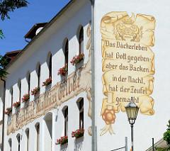 Fassadenmalerei - Gebäude in Quedlinburg; Zunftswappen des Bäckerhandwerks, Sinnspruch Das Bäckerleben hat Gott gegeben - aber das Backen in der Nacht, hat der Teufel gemacht.