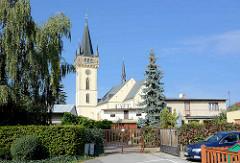Ehem. romanische Dekanatskirche Johannes der Täufer in Dvůr Králové nad Labem / Königinhof an der Elbe; die Kirche wurde  Ende des 14. Jahrhunderts dreischiffig umgebaut und 1588 das Vorhaus angefügt - 1644 wurde der Turm aufgestockt.