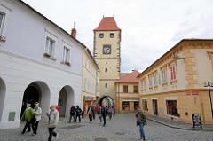 Prager Tor in Mělník - Turm der Stadtbefestigung aus dem 15. Jahrhundert, restaurierte Gebäude beim Marktplatz der Stadt.